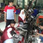 Praktik otomotif siswa MAN 15 Jakarta